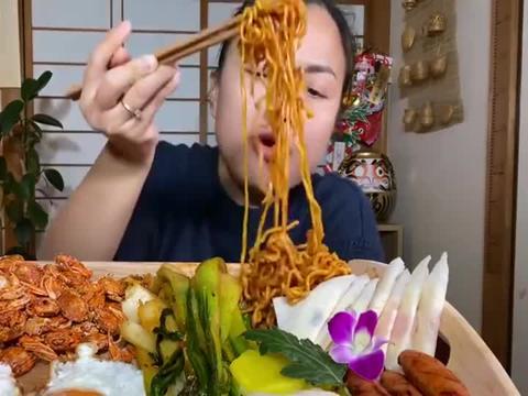 泰国吃播自制麻辣小螃蟹+香肠油菜拉面+煎蛋,看着就好吃