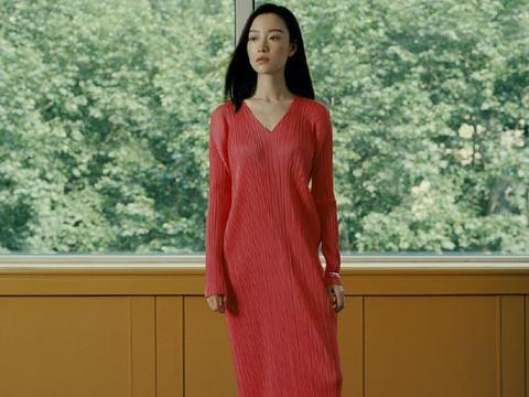 倪妮出席活动,穿亮片吊带裙显女神范,气质的确是很出众!