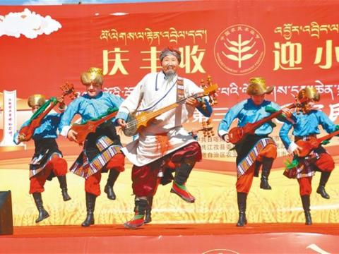 """西藏第三届""""中国农民丰收节""""庆祝活动侧记:秋入田间收获丰"""