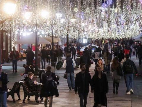 """俄罗斯莫斯科:街道LED灯""""闪亮""""登场,点缀城市绚丽夜景!"""