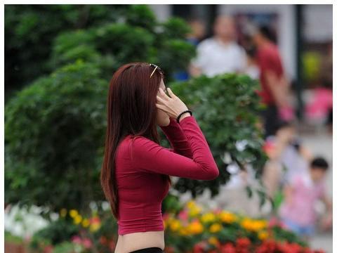 路人街拍:只是简简单单的搭配,红装女神看着有1米7了吧!