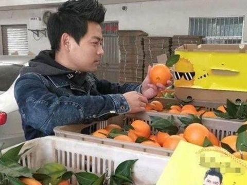 小哥因撞脸明星迅速走红,在家乡卖水果,月收入几十万真的吗?