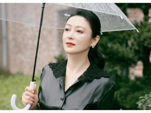 陈飞宇妈妈近照曝光,52岁陈红美貌依旧,雨中撑伞漫步气质惊艳