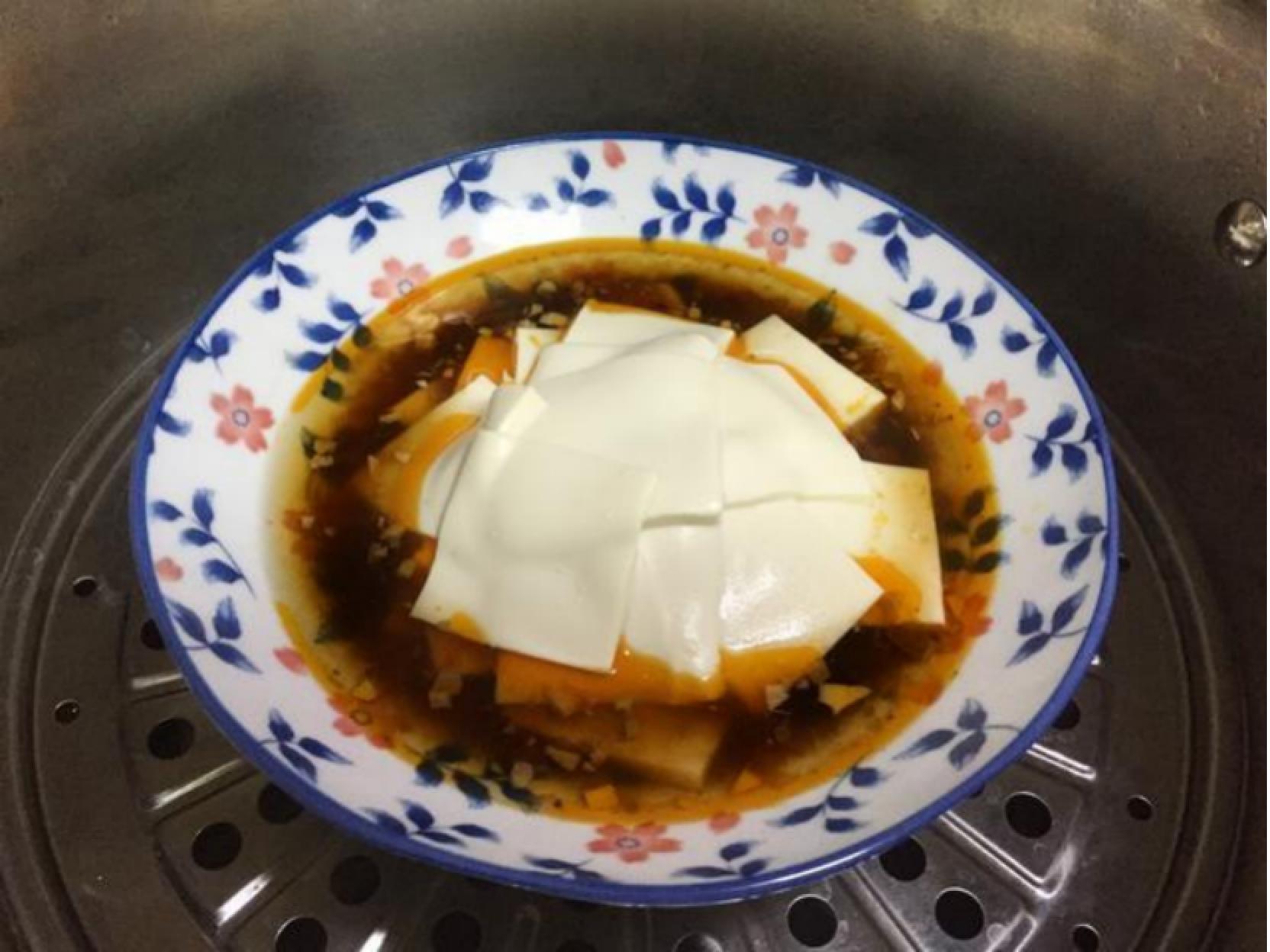 豆腐怎么做才好吃,先切片再腌制,蒸出新美味