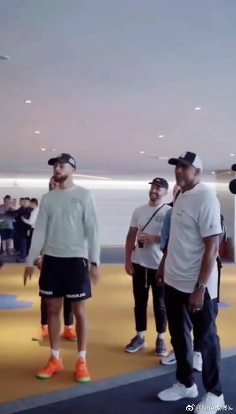 NBA尬舞来了,看库里这舞姿真的悠闲,你知道父子俩去哪了吗?