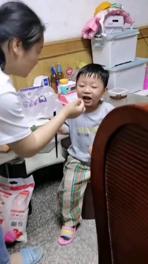 第一次吃榴莲的真实反应,这反应也太直接了,呕!