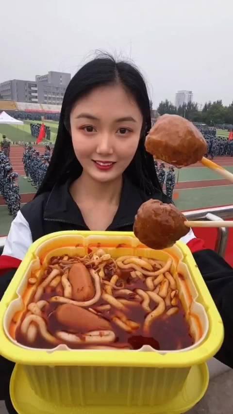 凡小妹吃货日记:大四学姐操场看军训吃火锅