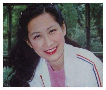她曾在工地打工,首登春晚火遍大江南北,后嫁外国富豪至今无子