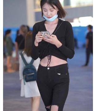 街拍:黑色衬衫+破洞牛仔裤,突出绝美好身材,这马甲线太亮眼了
