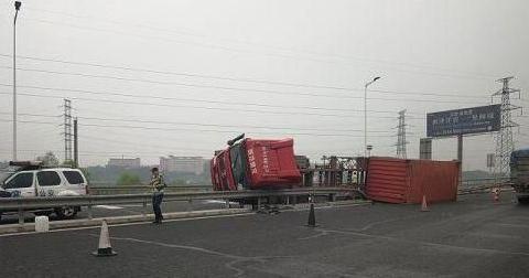镇江:重型货车匝道失控导致侧翻 高速交警快速处置排除险情