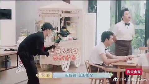 黄渤打张艺兴像训孩子,张艺兴伪装摄影师调戏黄渤!