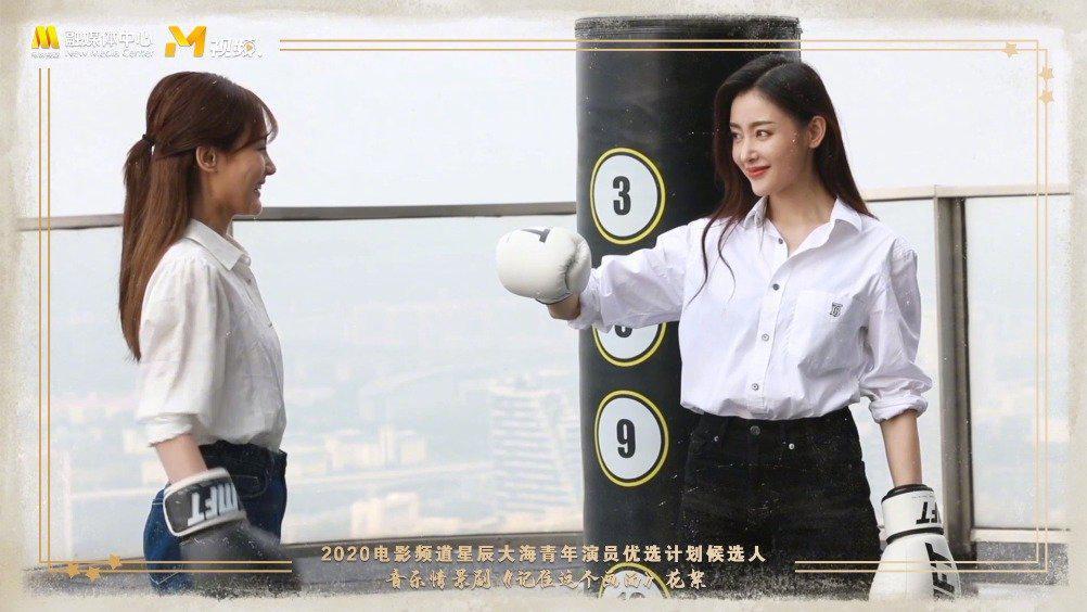 """青年演员@Crystal张天爱 @李一桐Q 在 拍摄现场""""打""""成一片……"""