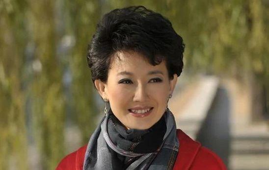 央视知名主持人梁艳,工作23年从不化浓妆,如今48岁仍孤身一人!