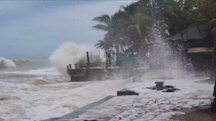 """台风""""红霞""""过境,泰国遭受洪灾致1死多伤"""