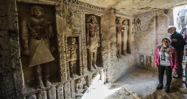 考古学家在埃及萨卡拉墓地中发现27具古代石棺