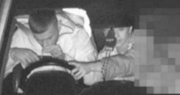 """澳洲男子开车不握方向盘反""""闻某种物质""""被起诉"""
