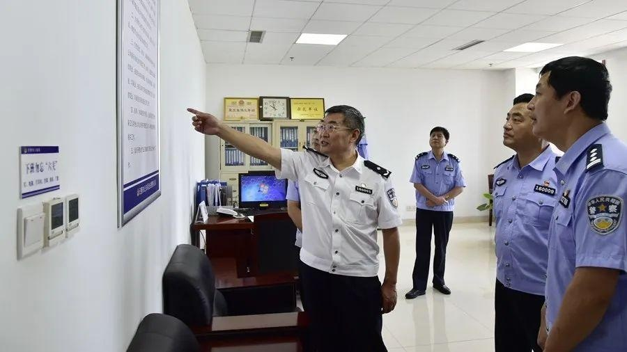 李刚同志到市公安局有关警种部门调研指导工作