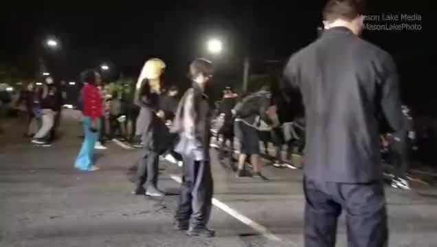 昨晚的美国俄勒冈州波特兰市街头抗议……