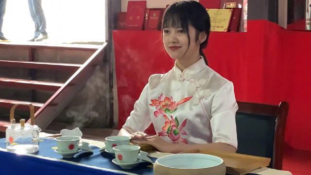 会昌县宝田茶场的美女茶艺表演,人美茶香,秀色可餐……