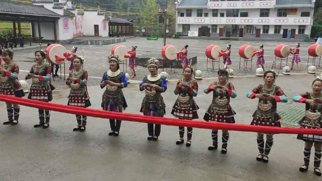 湖南省会同县高椅乡雪峰村,热情的侗家女打起大鼓,唱起山歌……