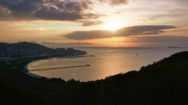 三亚的夕阳与碧海 鹿回头的夕阳,南山的碧海,石头公园的浪……