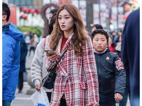 街拍:小个子女生早春这样穿,时尚气质又显高,尽显大长腿