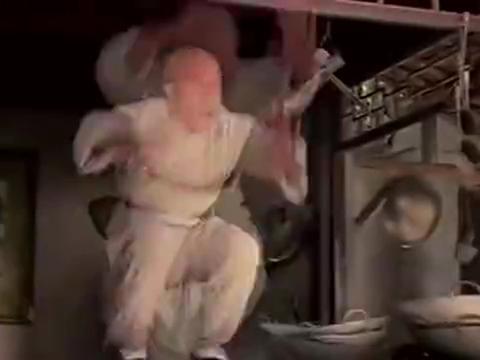 老头的朱砂掌固然厉害,可惜被乞丐破掉了,这下轮到别人吊打