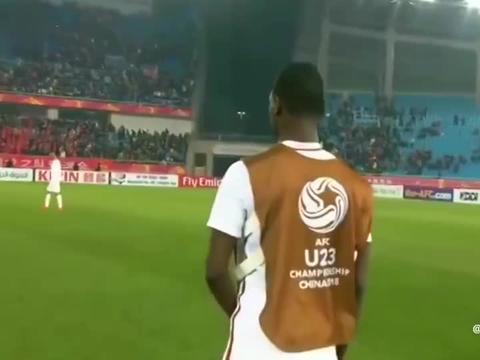 回顾国足围攻裁判组 球员指着鼻子就骂,韦世豪一人舌战卡塔尔