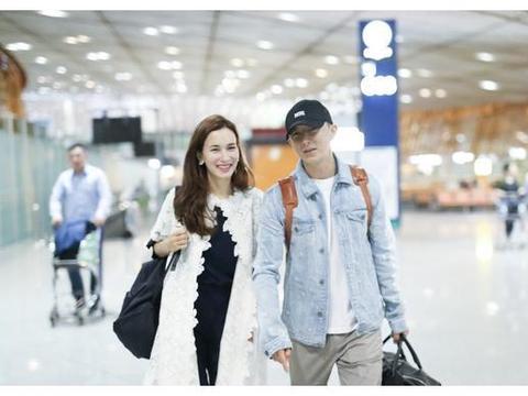 韩庚卢靖珊现身北京机场 两人牵手一起 看着好甜蜜