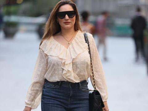 女星凯莉·布鲁克现身伦敦街头,她看上去优雅不凡