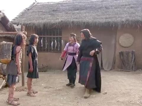 妻子捡了俩小孩,丈夫看他俩可怜收养下,还不知这是后世的门神!