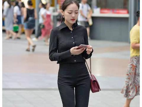 街拍:短发小姐姐身穿白色T恤,长相清纯甜美,简单也是一种时尚