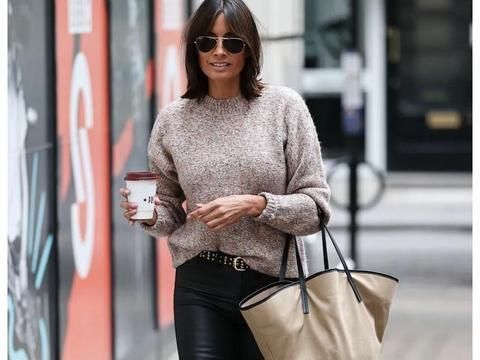 女明星梅兰妮·赛克斯身穿黑色紧身皮裤在伦敦的街拍