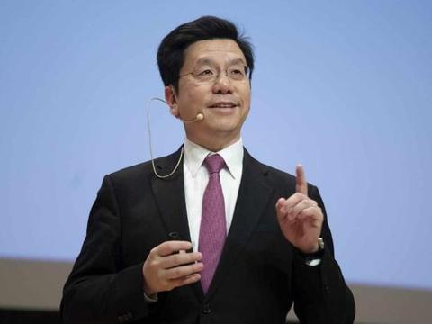 美国这回惹错人了!华裔富商带头扔掉美绿卡,导致美国损失千亿