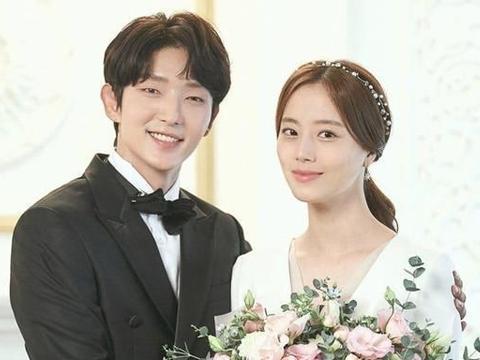 韩国tvN公开了李准基和文彩元在《恶之花》中的角色的婚纱照