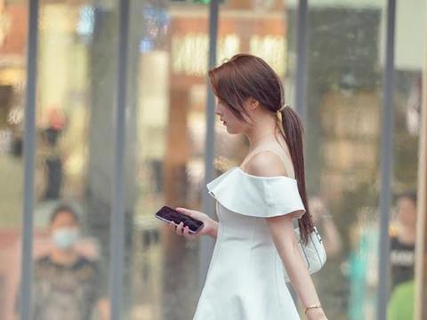 身穿连衣裙的美女身材高挑有气场,优雅气质的裙装穿搭十分个性