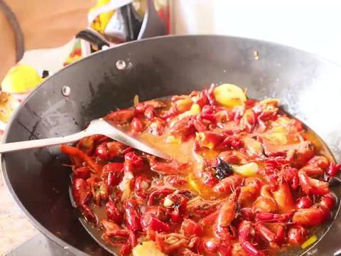 买袋小龙虾用酒爆炒,郭郭馋这道菜很久了,和闺蜜直接嗦空盆了