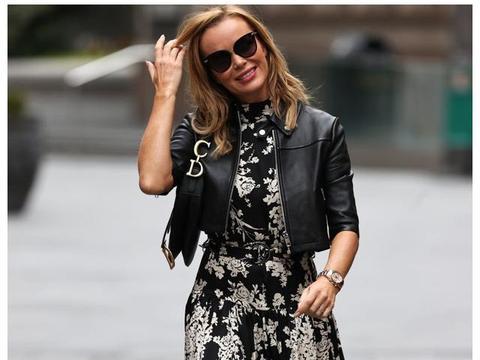 女明星阿曼达·霍尔顿身穿黑色印花连衣裙在伦敦的街拍