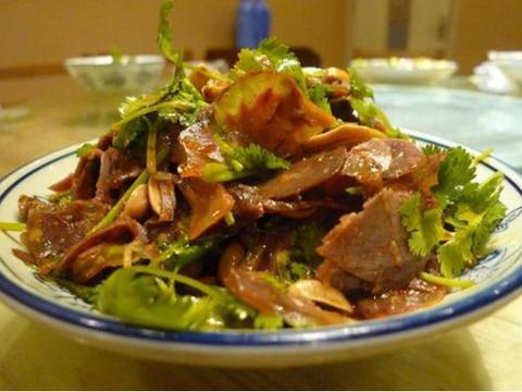 美食:煎烧蛋豆腐、梅菜扣肉、芦笋草菇炒鸡肉、香菜酱拌牛肉