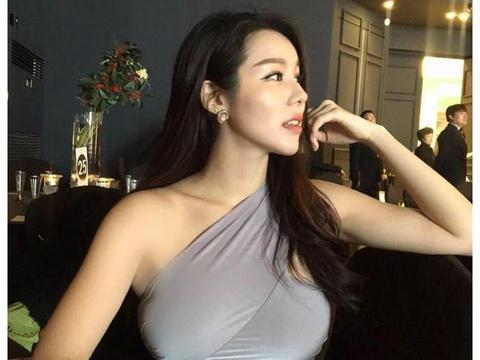 时尚街拍:小姐姐大胆紧身套裙太迷人了,网友:凹凸有致