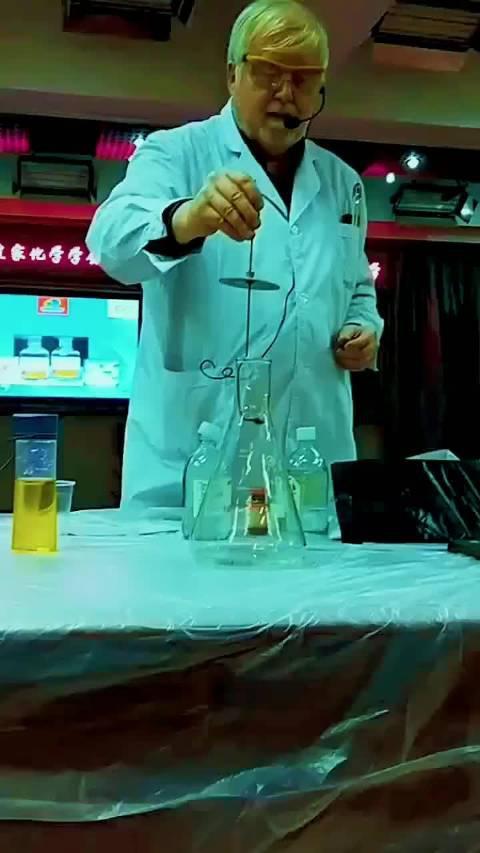 化学外教,现场表演萤火虫实验,让小学生惊叹不已!