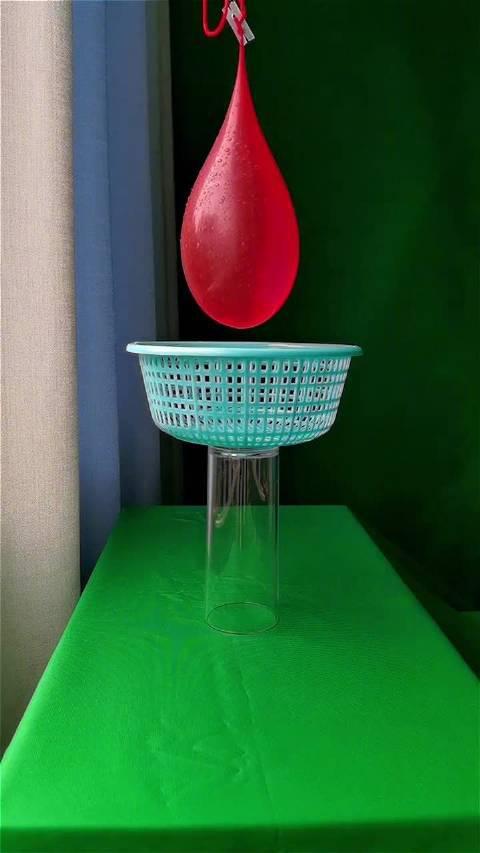 一只装满水的气球扎破瞬间 太惊艳了吧