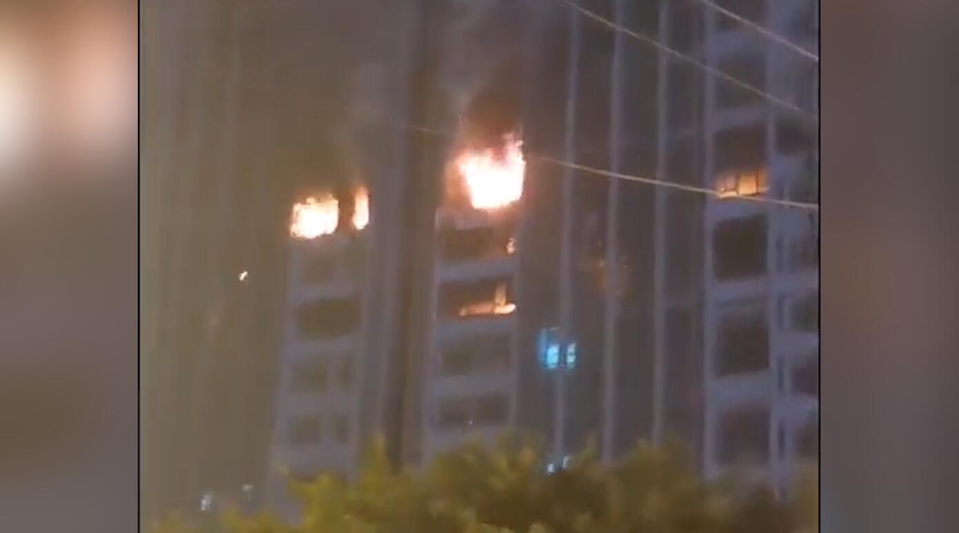 惊心!成都一公寓楼发生火灾 火势凶猛蔓延至多层楼