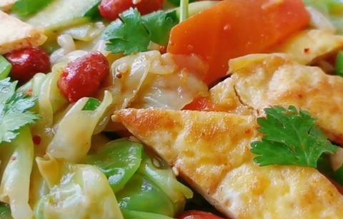 1个包菜,3个鸡蛋,开水一烫,鲜脆爽口,解腻又解馋,家人爱吃