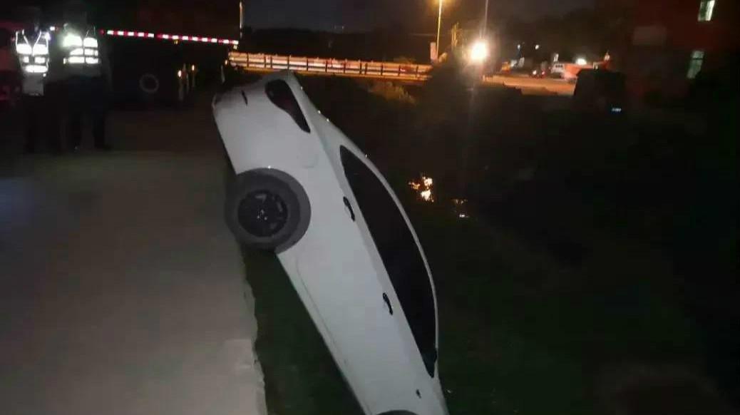 """31秒丨停车犯""""强迫症""""!女司机为回正车轮直接将车开进河沟"""