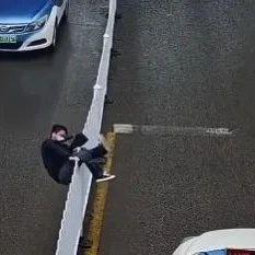 """大写的尴尬!一男子""""跨栏""""式横穿马路,然后卡卡卡卡卡住了…"""