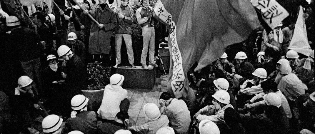 老照片  1968年的日本反越战游行示威  真够猛的