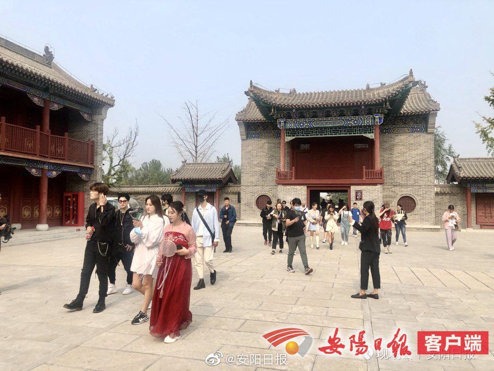 9月24日上午,网红达人乘车抵达滑县大王庙……