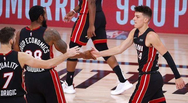 系列赛场均砍下36.3分5篮板4.9助攻,其中得分高居本赛季季后赛榜单第1位