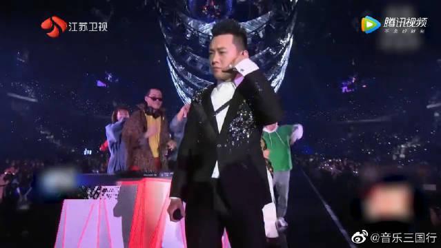 陈伟霆和董宝石Gem合唱全民神曲《野狼disco》……